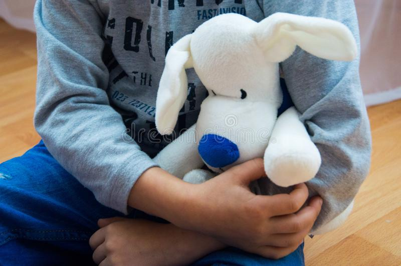 Мягкая игрушка в руках ` s детей стоковая фотография