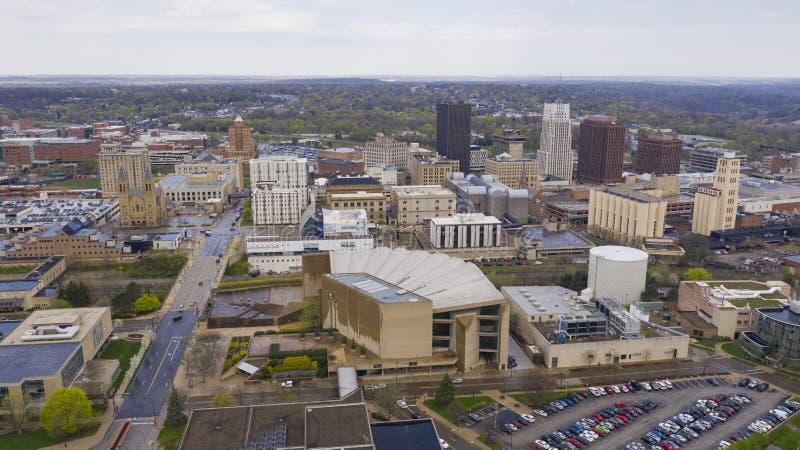 Мягкие белые облака появляются после шторма дождя в городском Akron Огайо стоковое изображение rf