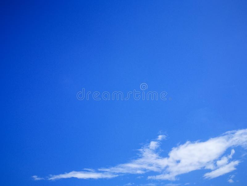 Мягкие белые облака против предпосылки голубого неба и пустого космоса стоковые фотографии rf