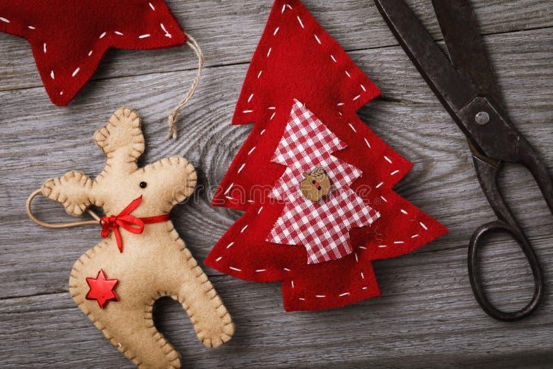 Мягкие игрушки сделанные из войлока на праздники рождества сделанные собственными руками стоковые фотографии rf