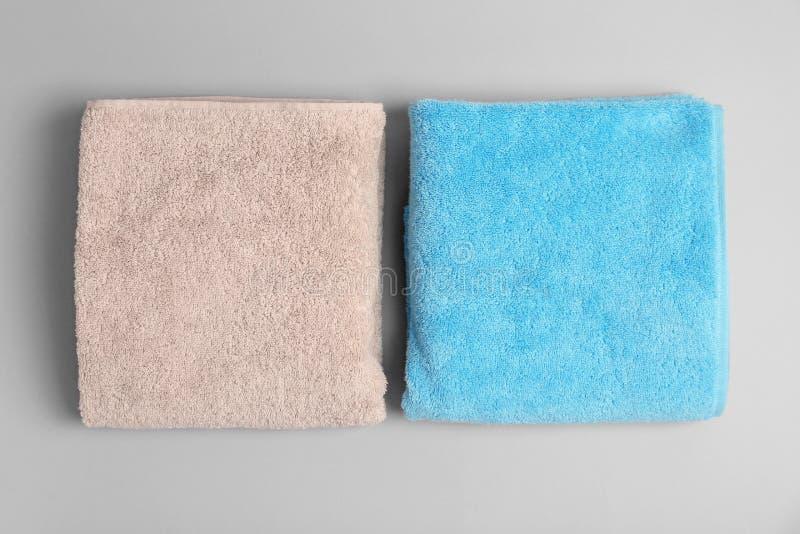 Мягкие полотенца ванны на серой предпосылке стоковые изображения