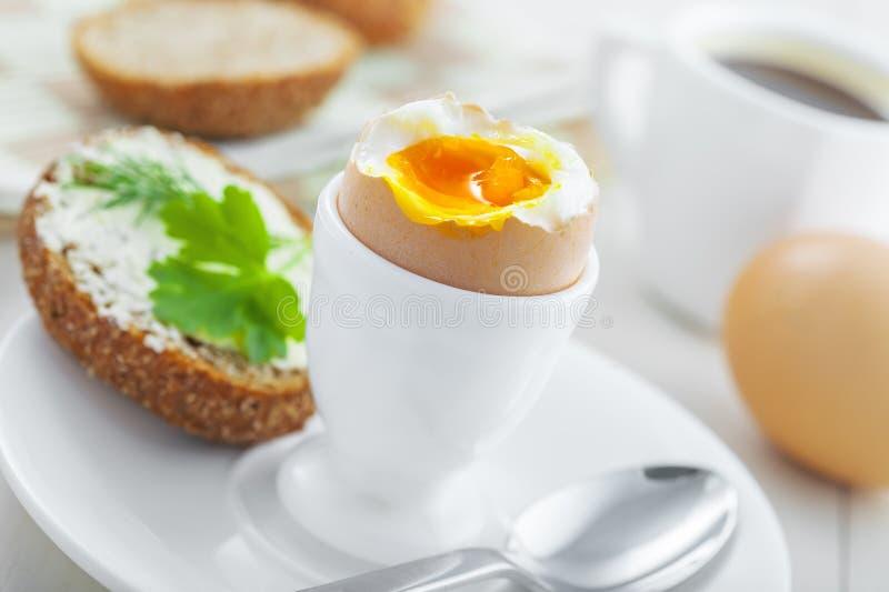 Мягкий завтрак вареного яйца стоковые изображения rf