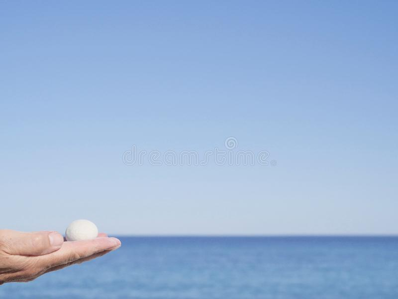 Мягкий камень Дзэн в руке женщины стоковые фотографии rf