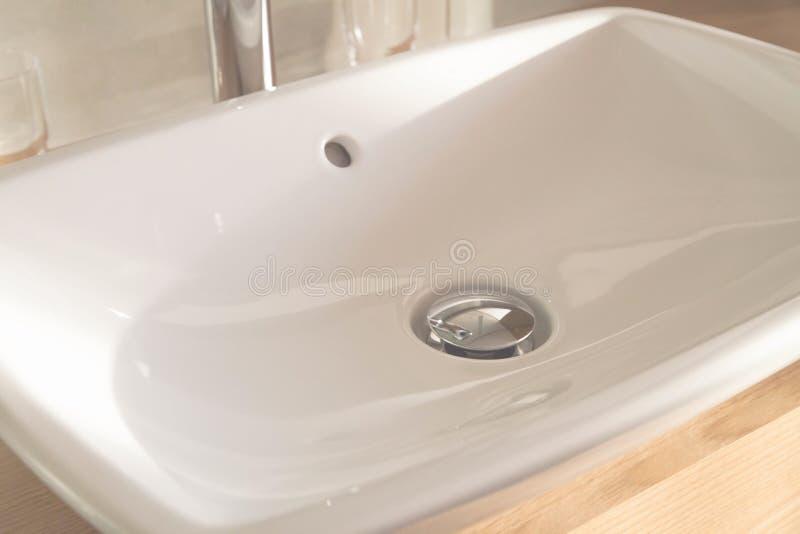 Мягкий конец фокуса вверх по белому роскошному washbasin, отсутствие крана стоковые изображения