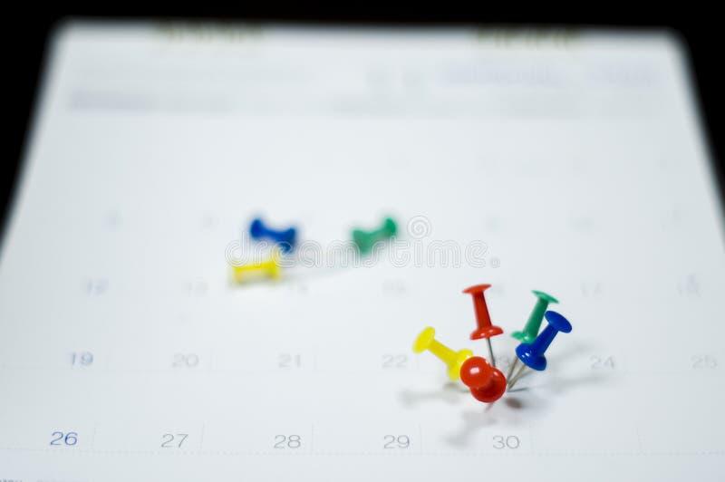 Мягкий конец фокуса вверх по календарю со штырями для напоминаний и крайнего срока, встреч важных, организует для того чтобы упра стоковые изображения rf