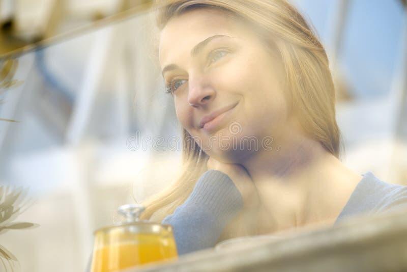 Мягкий портрет стороны молодой женщины фокуса стоковые изображения rf