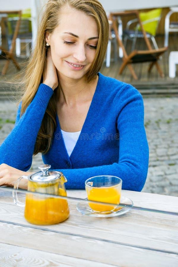 Мягкий портрет стороны молодой женщины фокуса стоковая фотография rf