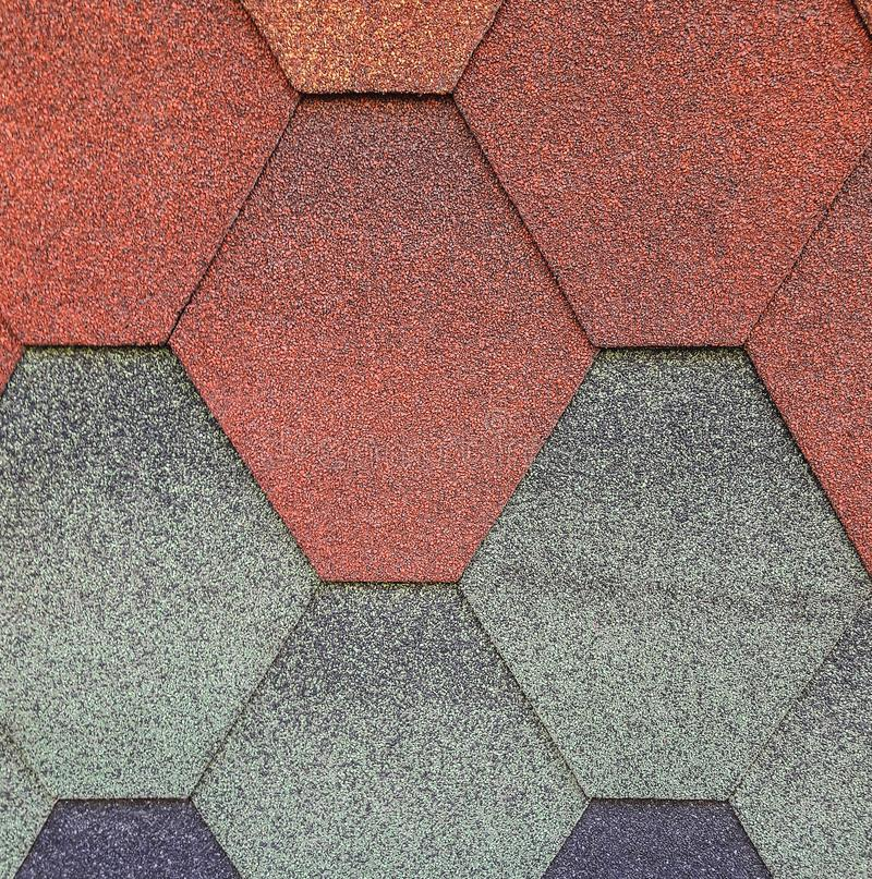 Мягкий толь, для крыши шестиугольно Цвет предпосылки - красный, голубой, серый - зеленый Текстура толя стоковая фотография rf