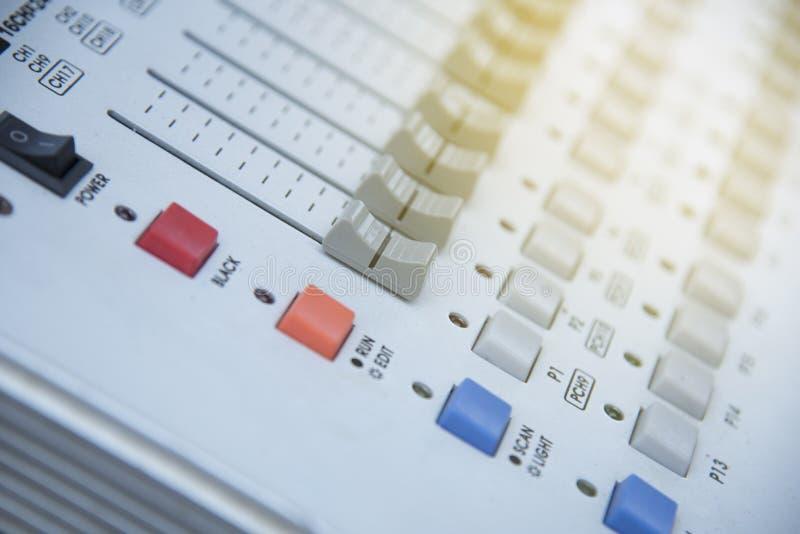 Мягкий фокус звука цифров и консоли записи, профессиональной музыки и смешивать звука стоковое изображение rf