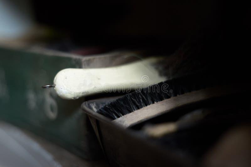 Мягкий - щетки ботинок фокуса винтажные в коробке Запачканная предпосылка, макрос стоковое изображение rf