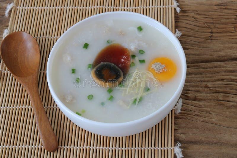 Мягковаренный рис с сохранившимся яйцом стоковые фотографии rf