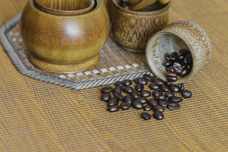Мягкое изображение фокуса кофейных зерен и кофейных чашек установило на деревянный b стоковое изображение rf