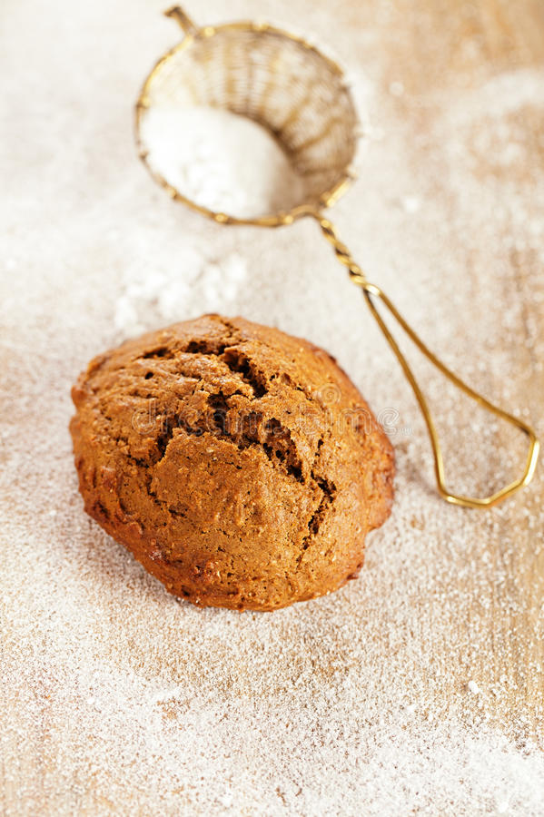Мягкое печенье имбиря на запыленной деревянной таблице стоковые фотографии rf