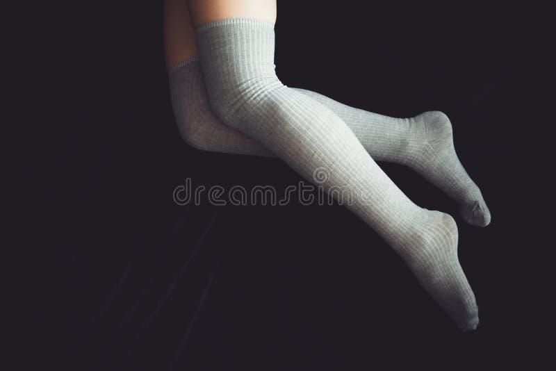 Мягкое фото женщины спать на кровати Женщина в kneesocks на темной предпосылке стоковое изображение rf