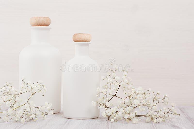 Мягкое элегантное домашнее оформление с белыми бутылками и малыми цветками на белой деревянной планке для рекламировать, дизайнер стоковое изображение rf