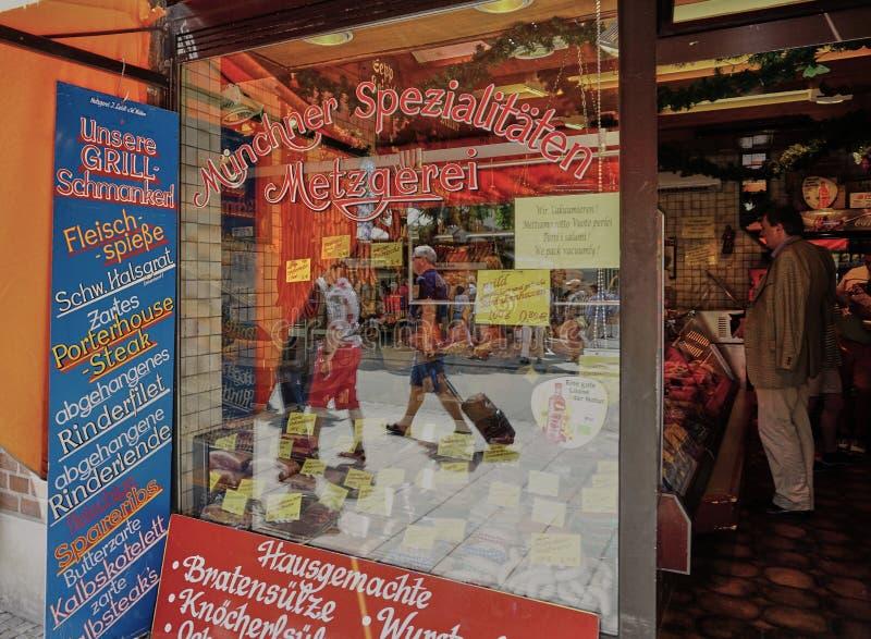 Мясная лавка в Мюнхене с отражением в витрине стоковая фотография rf