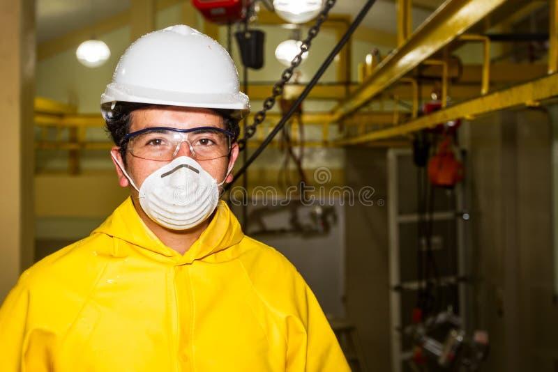 Мясник нося специфическое оборудование защиты стоковое фото