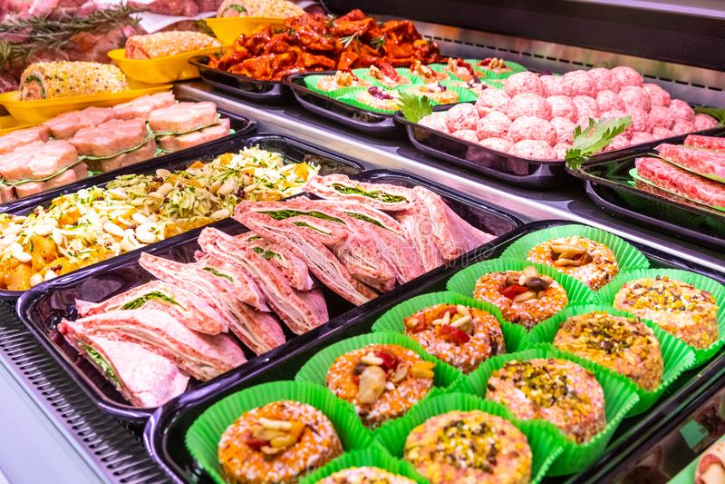 Мясник, отдел мяса Несколько продуктов показали в витрине стоковые изображения