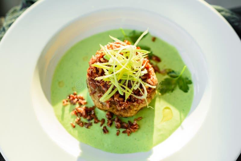 Мясное блюдо с рисом, кусками луков, зелеными цветами и соусом стоковые фотографии rf
