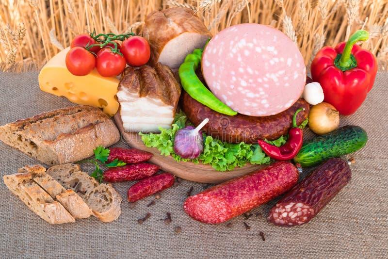 Мясные продукты Копченая ветчина, сосиска, бекон, овощи стоковые фото