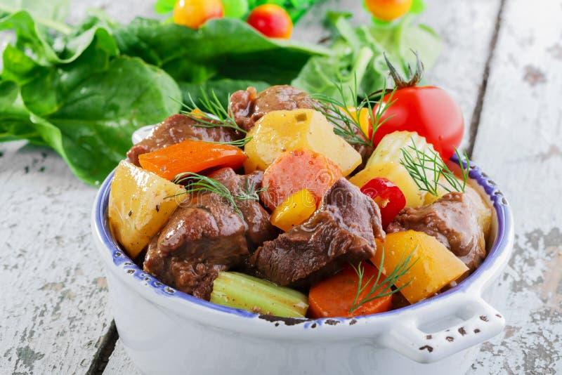 Download Мясо гуляша стоковое фото. изображение насчитывающей лук - 40585428