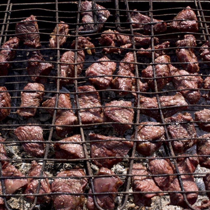 Мясо зажарено на гриле над углями стоковые фото