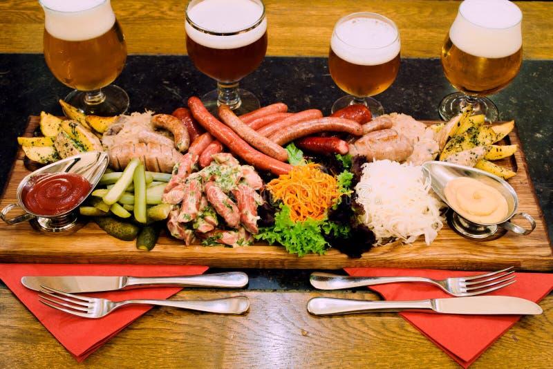 Мясо и пиво сосисок стоковая фотография rf