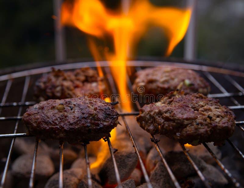 Мясо и пламена стоковое фото