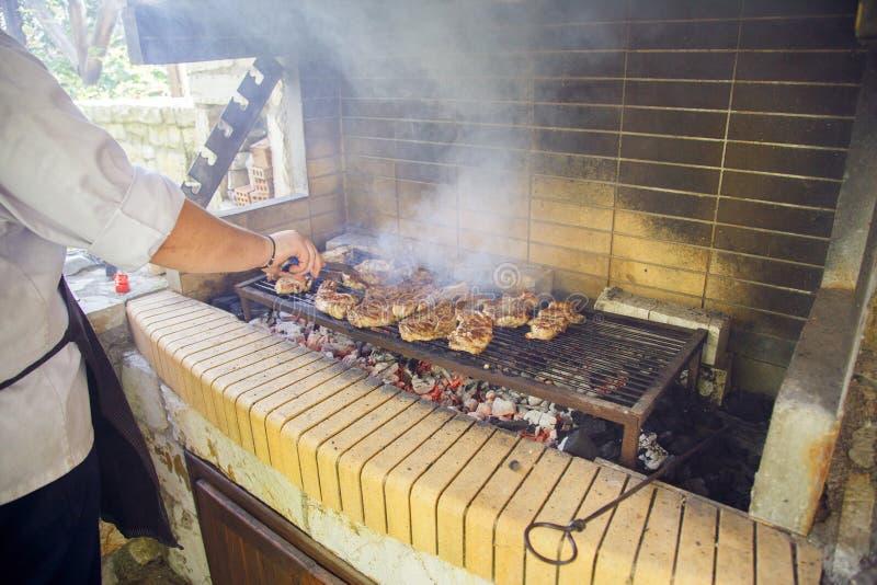 Мясо подготавливается на гриле стоковые изображения
