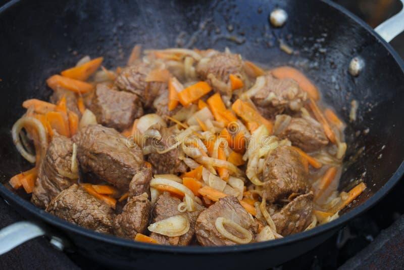 Мясо сварено в баке стоковые изображения