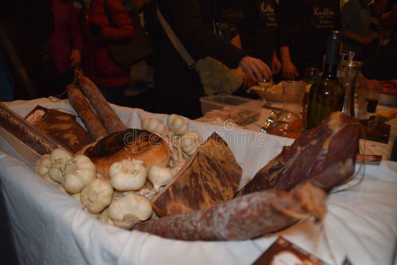 Мясо свинины засыхания в плетеной корзине с чесноком, отечественным стилем в Балканах стоковые фото