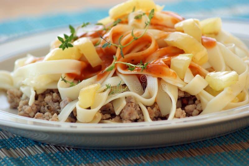мясо семенит макаронные изделия паприки стоковое фото