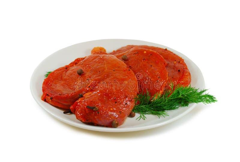 мясо сырцовое Жалуйтесь куски escalope с sause в блюде изолированном против белой предпосылки стоковое изображение rf