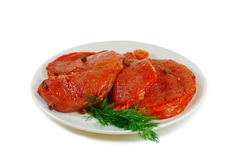 мясо сырцовое Куски escalope свинины с sause в блюде изолированном против белой предпосылки стоковые изображения rf