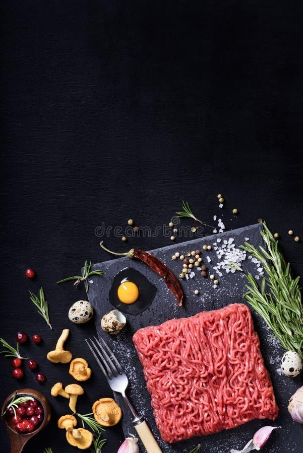 мясо сырцовое Сырцовые розмариновое масло и специи стейка говядины семенить стоковые изображения rf