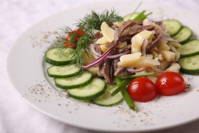 Мясо с картошками и огурцом стоковое изображение