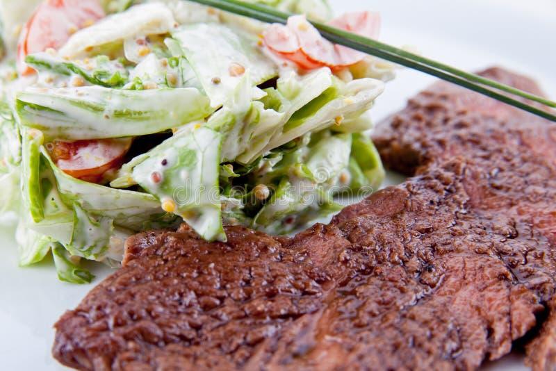 Мясо с салатом стоковая фотография rf