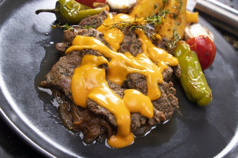 Мясо с соусом чеддера стоковое изображение rf