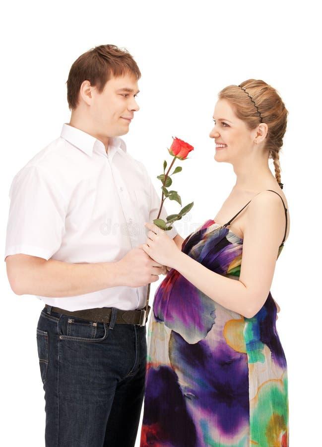 Младенец беременных пар ждать стоковое изображение