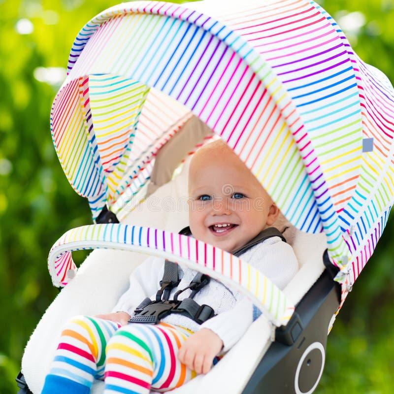 Младенец в белой прогулочной коляске стоковое фото rf