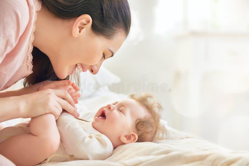 младенец ее играть мати стоковые изображения rf