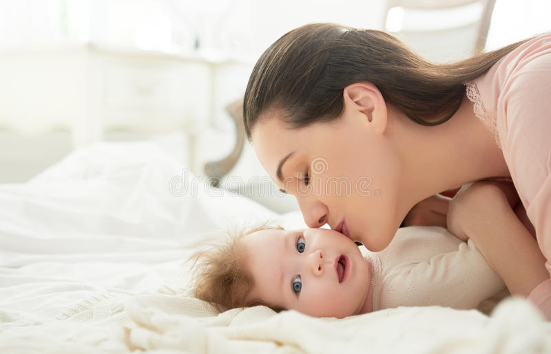 младенец ее играть мати стоковые изображения