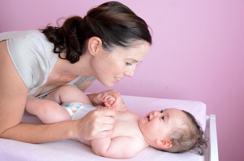 младенец ее мать играет детенышей стоковое изображение