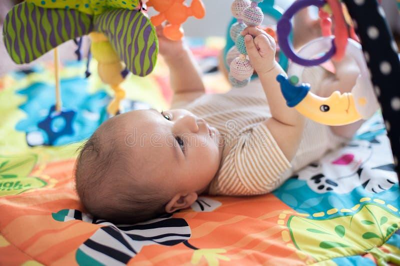 Младенец лежа на превращаясь половике стоковые изображения rf