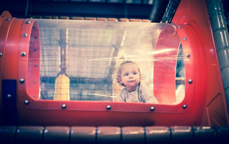 Младенец играя внутри тоннеля игрушки стоковые изображения