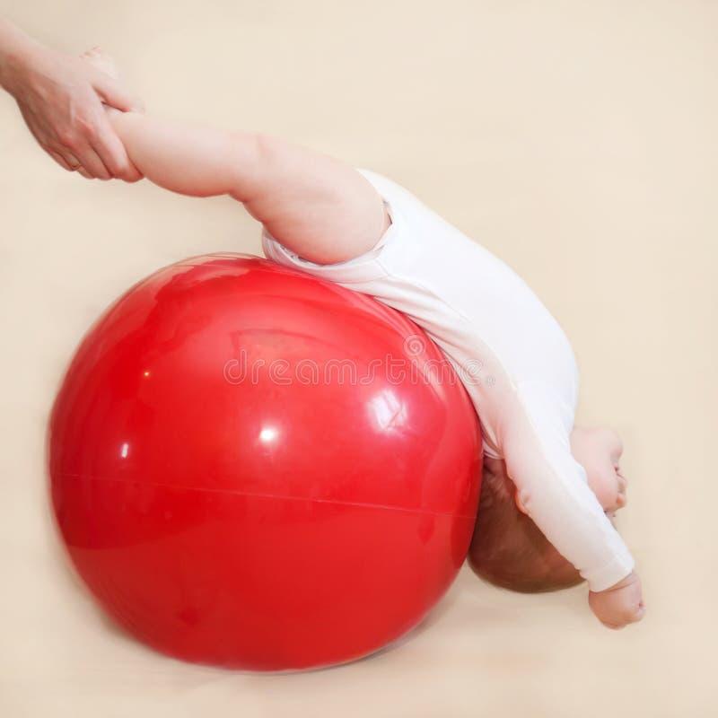 Младенец играя спорт с шариком фитнеса стоковые изображения rf