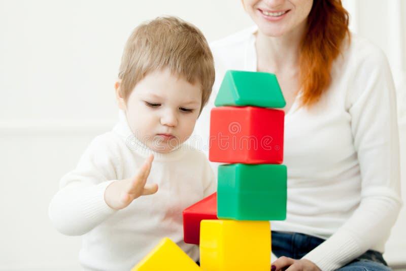 Младенец играя с красочными блоками игрушки стоковая фотография rf