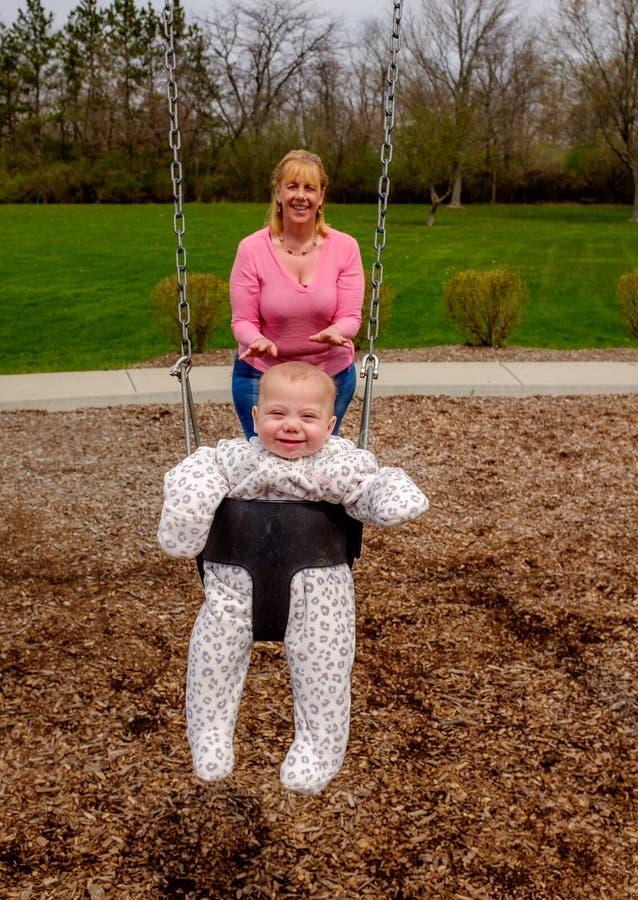 Младенец и бабушка на парке стоковое изображение rf
