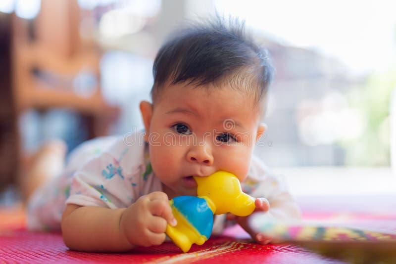 Младенец и резиновая игрушка стоковые фотографии rf