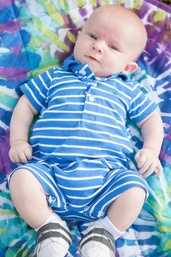 Младенец кладя Outdoors стоковое фото